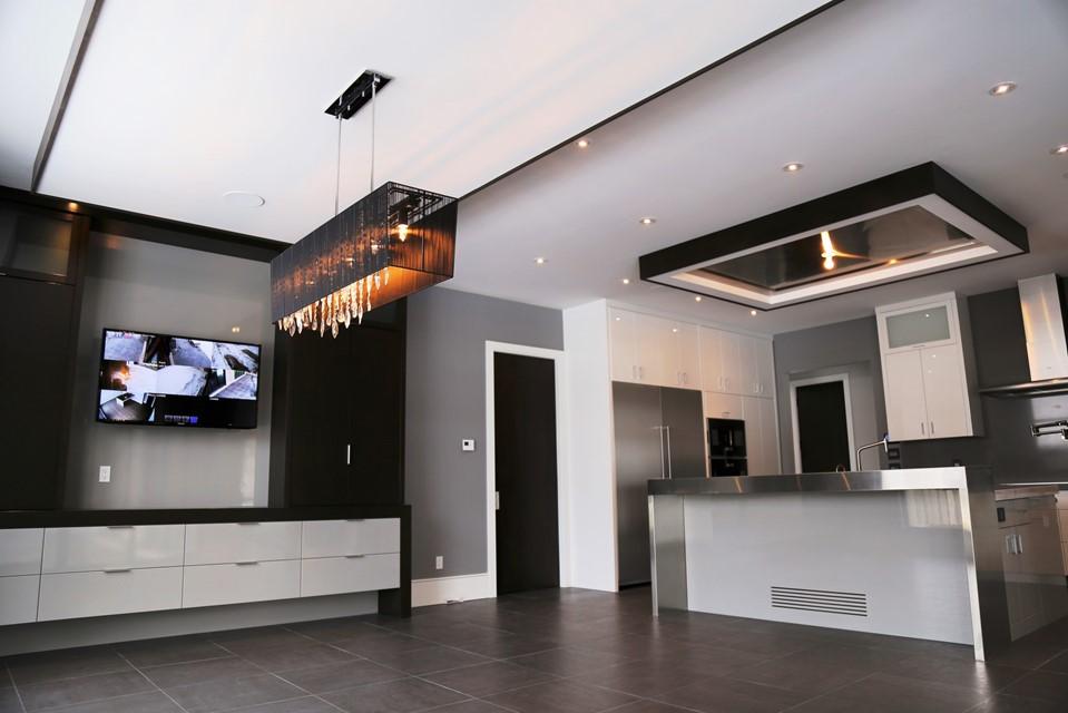 Custom Kitchen by Neven Custom Homes Ltd.